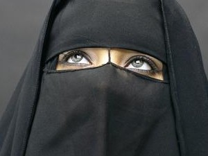 עיני אשה ברעלה