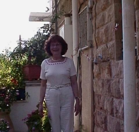 סבתא חנה- בכניסה לבית ברחוב אושיסקין 71 בשכונת רחביה ירושלים